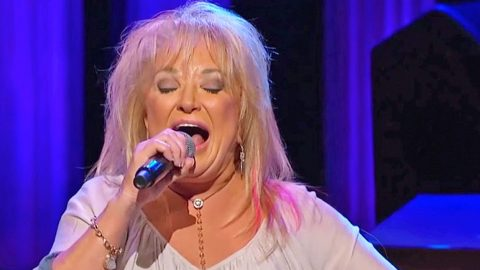 Tanya Tucker Brings Down The House With 'Delta Dawn' And 'Amazing Grace' Medley | Country Music Videos