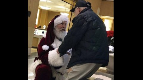 Mall Santa Takes A Knee For 93-Year Old Veteran | Country Music Videos