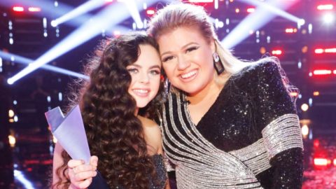 Kelly Clarkson Was Hiding Something During 'Voice' Finale & You Couldn't Tell   Country Music Videos