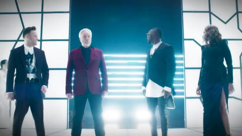"""Tom Jones Steals Show In """"Sweet Dreams"""" Collab On """"The Voice"""" 