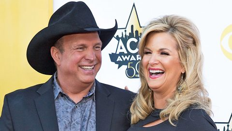 Garth Brooks Shares Cheeky Photo Of Secret Onstage Kiss With Trisha | Country Music Videos