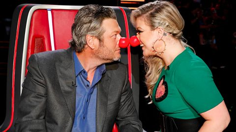 Kelly Clarkson Pulls Clever Prank On Blake Shelton Before 'Voice' | Country Music Videos