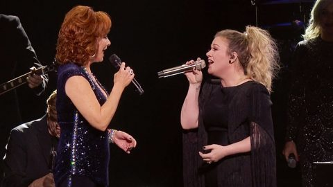 """Kelly Clarkson Brings Out Reba For """"Because Of You,"""" """"Fancy,"""" & More During 2019 Show 