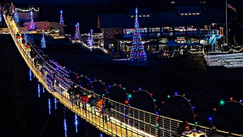 Gatlinburg Lights Up Its 680-Foot SkyBridge For Christmas | Country Music Videos