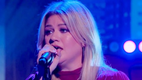 """Crowd Cheers Mid-Performance As Kelly Clarkson Sings """"I Hope You Dance"""" 