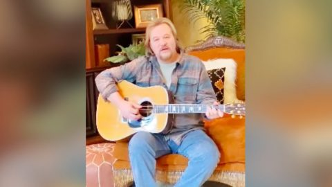 "Travis Tritt Remembers Kenny Rogers Through ""Sweet Music Man"" Cover 