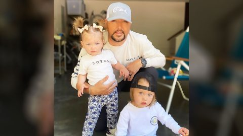 """Jason Aldean Posts Photo Showing He And His 2 Kids Are """"Triplets""""   Country Music Videos"""