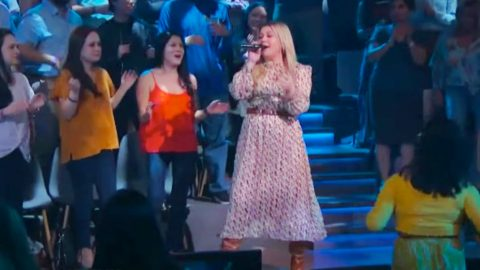 """Kelly Clarkson Sings Of Summer Days In """"Kellyoke"""" Cover Of Little Big Town's """"Pontoon"""" 