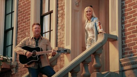 "Blake, Gwen, Kelly, & John Cover Bob Marley's ""One Love"" 