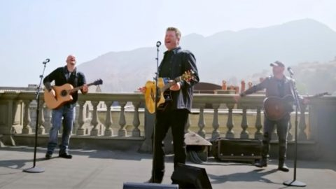 """Blake Shelton Sings """"God's Country"""" With AGT Finalists Broken Roots 