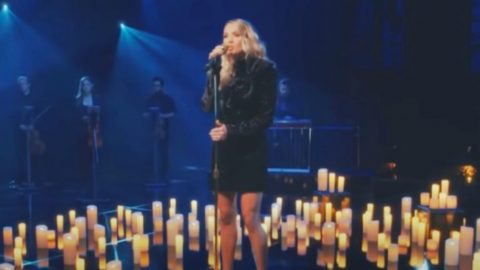 """Carrie Underwood Sings """"Mary, Did You Know?"""" As Guest On """"The Kelly Clarkson Show"""" 