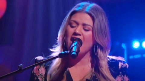 """Kelly Clarkson Shares """"Kellyoke"""" Cover Of Fleetwood Mac's """"Dreams""""   Country Music Videos"""